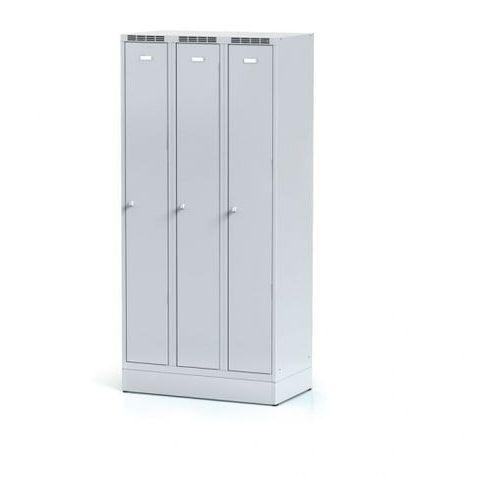 Metalowa szafka ubraniowa trzydrzwiowa, na cokole, szare drzwi, zamek cylindryczny