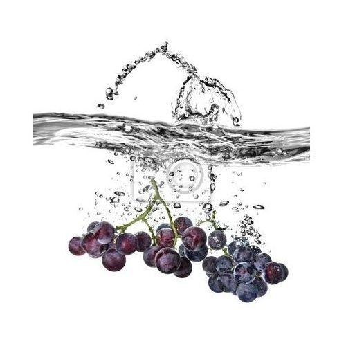 Fototapeta blue winogron spadły do ??wody z powitalny samodzielnie na białym tle, Redro z REDRO