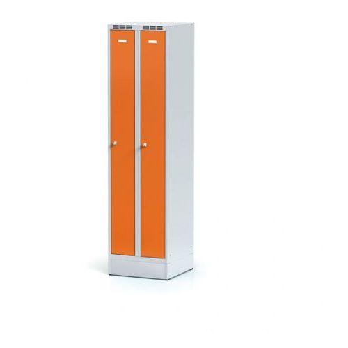 Metalowa szafka ubraniowa, wąska, na cokole, pomarańczowe drzwi, zamek cylindryczny marki Alfa 3