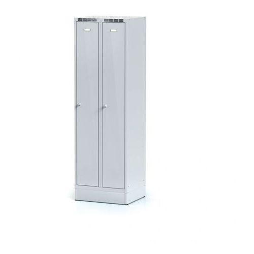 Metalowa szafka ubraniowa, na cokole, szare dwupłaszczowe drzwi, zamek obrotowy marki Alfa 3