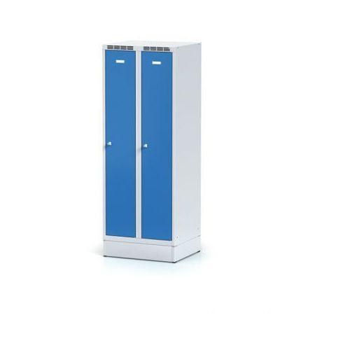 Metalowa szafka ubraniowa obniżona, na cokole, niebieskie drzwi, zamek obrotowy marki Alfa 3