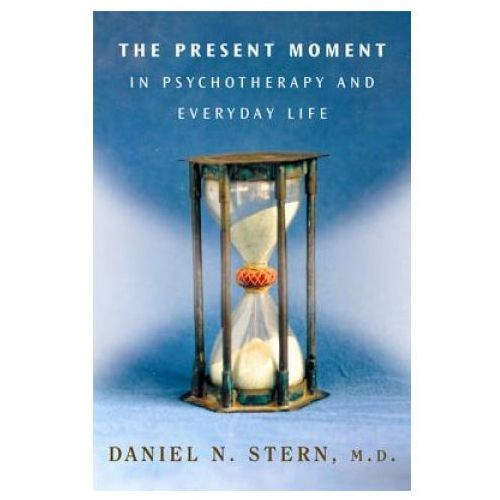Present Moment in Psychotherapy and Everyday Life (9780393704297)