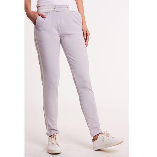 ec79a6638cbb23 Anataka Szare spodnie dresowe faro 329,00 zł Szare spodnie w odcieniu  popielatym. Przystrojone błyszczącym lampasem. Sportowe spodnie na co dzień.