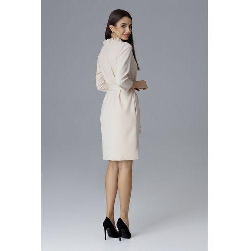 Monochromatyczna sukienka z wiązaniem w pasie i dekoltem obszytym a'la falbaną marki Figl
