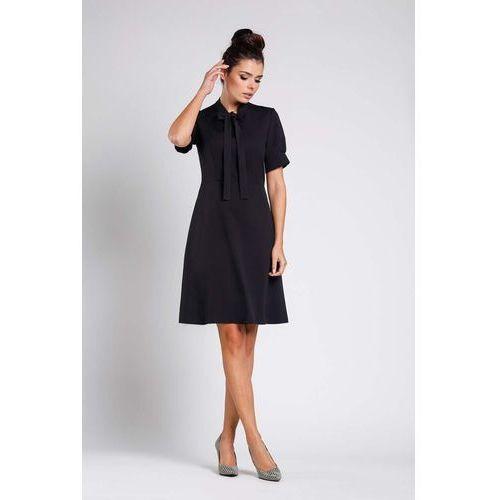 7db700c0a4 Czarna rozkloszowana wizytowa sukienka z wiązaniem przy dekolcie marki  Nommo 149