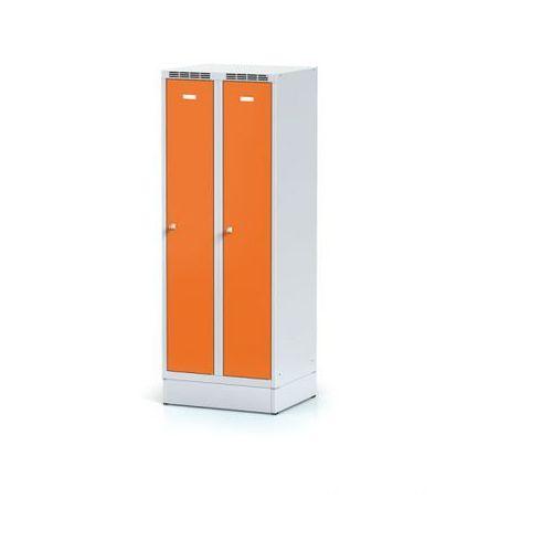 Metalowa szafka ubraniowa obniżona, na cokole, pomarańczowe drzwi, zamek obrotowy marki Alfa 3